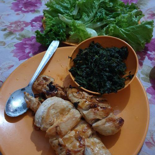 grilled garlic chicken wid salad nd spinach