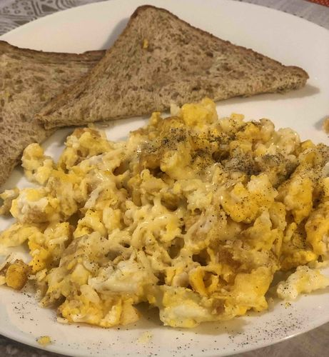 Scrambled eggs with wheat bread